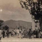 """La ciudadanía animada de Comayaguela, frente al edificio en ocasión de una reunión de """"cabildo abierto"""", década de 1910. (Foto colección del historiador Edgar Soriano)"""