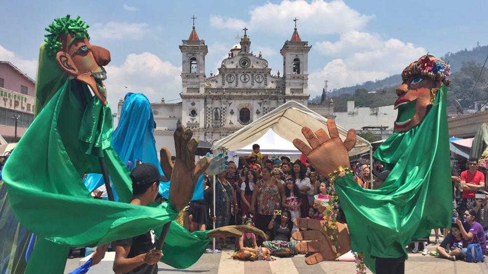 Desfile inaugural con el Teatro Bufo
