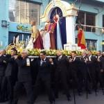 Los Caballeros del Santo Entierro con el anda procesional