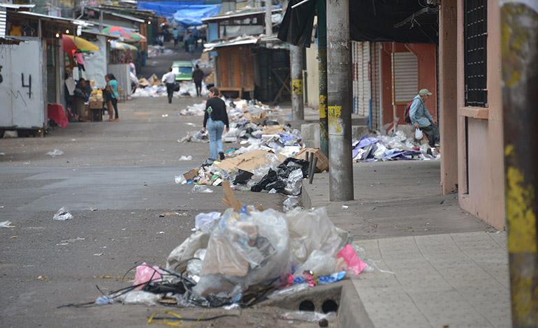 Los comerciantes poco dinero pudieron contar pero la basura abundó - Foto de La Tribuna