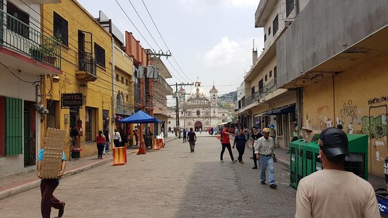 En la relación de calles peatonales/vehiculares de Tegucigalpa, los peatones llevan las de perder